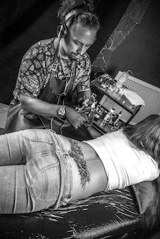Huidmeester maakt een tatoeage op de huid in de tattoo-studio