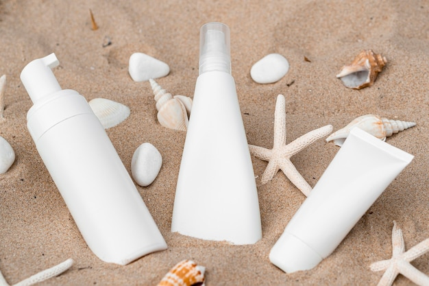 Huidproducten in verschillende recipiënten gerangschikt in zand