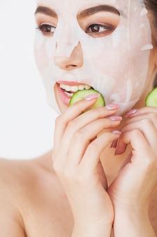Huidsverzorging. mooi meisje met bladmasker op haar gezicht
