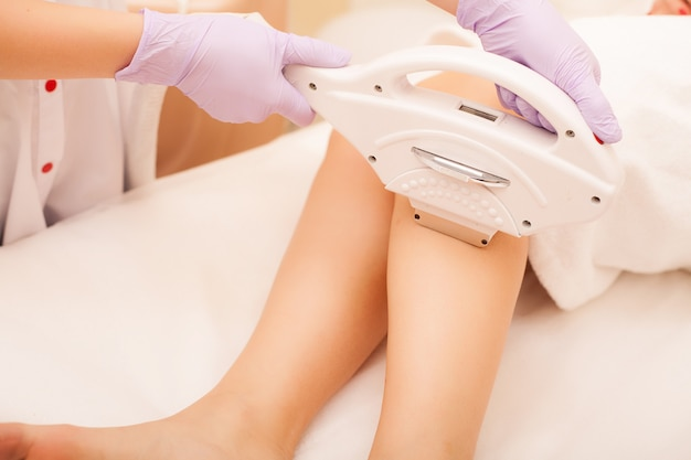 Huidsverzorging. ontharing op de benen, laserprocedure bij kliniek.