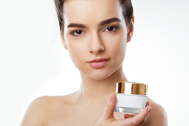 Huidsverzorging. schoonheid concept. jonge mooie vrouw met cosmetische crème. cosmetologie.
