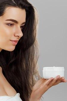 Huidsverzorging. schoonheid concept. jonge mooie vrouw met cosmetische crème.