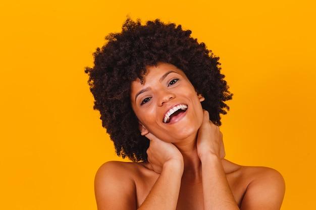 Huidverzorging. afro-vrouw die lacht met een perfecte huid.