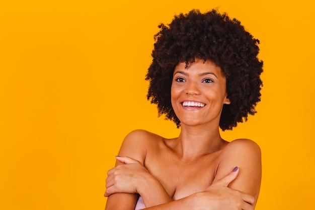 Huidverzorging. afro vrouw lachend met perfecte huid.