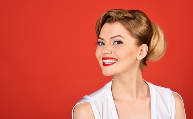 Huidverzorging concept aantrekkelijke vrouw met lange wimpers open mond witte tanden mooie mannequin