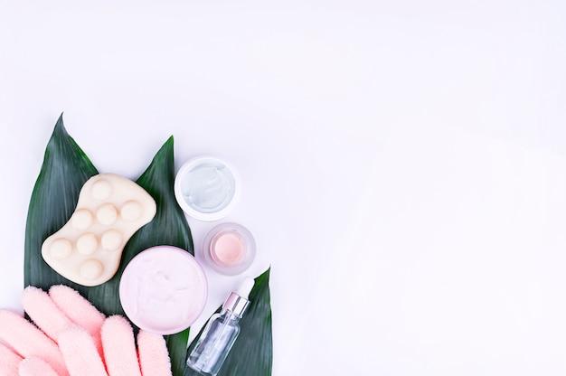 Huidverzorging en lichaamsverzorging, luxe spa en schone producten concept - biologische schoonheid cosmetica op marmer, home spa, biologische cosmetica. kopieer ruimte