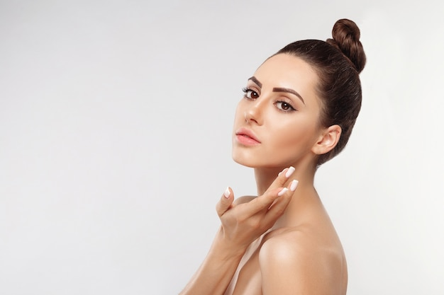 Huidverzorging gelukkig jonge vrouw crème op haar gezicht toe te passen. cosmetica.