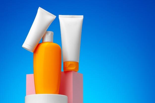 Huidverzorging schoonheidsproducten container tegen blauwe achtergrond