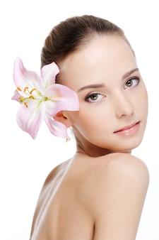 Huidverzorging van jonge mooie vrouw gezicht