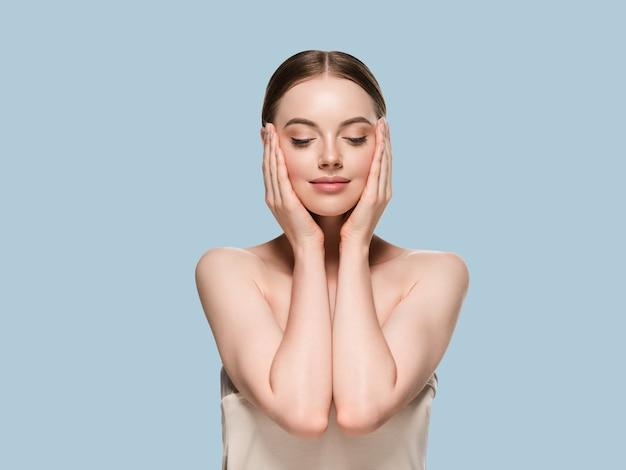 Huidverzorging vrouw met handen portret huid close-up cosmetische leeftijd concept. kleur achtergrond blauw