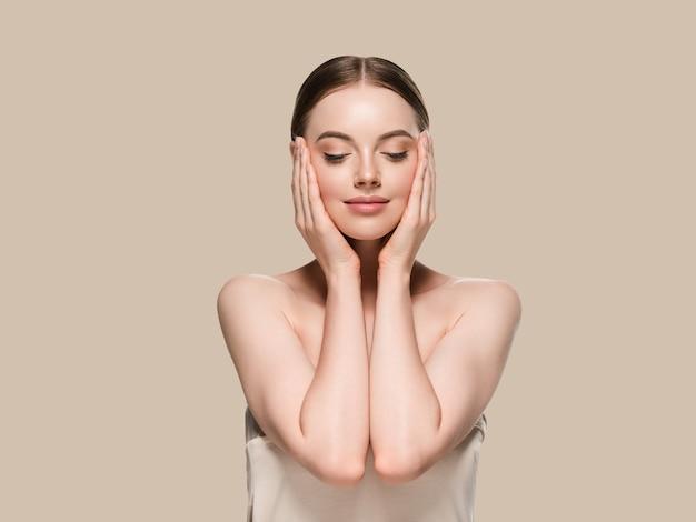 Huidverzorging vrouw met handen portret huid close-up cosmetische leeftijd concept. kleur achtergrond bruin