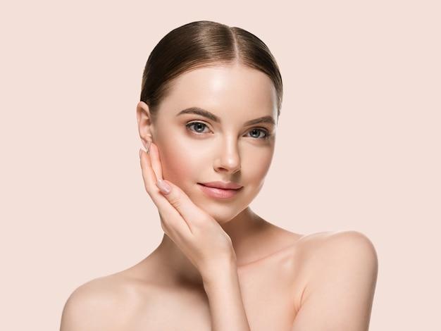 Huidverzorging vrouw met handen portret huid close-up cosmetische leeftijd concept. kleur achtergrond geel