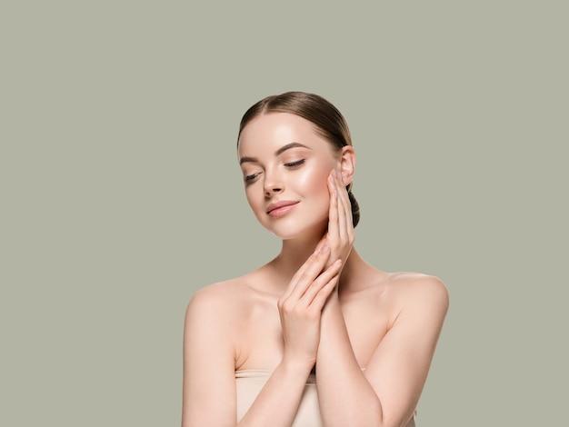 Huidverzorging vrouw met handen portret huid close-up cosmetische leeftijd concept. kleur achtergrond groen