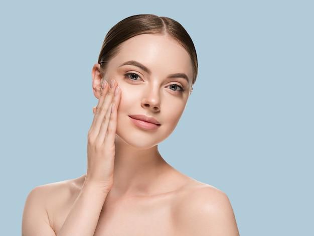 Huidverzorging vrouw met handen portret huid close-up cosmetische leeftijd concept. kleur achtergrond
