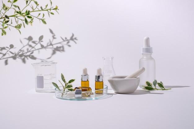 Huidverzorgingslaboratorium voor cosmetische producten van natuurlijke schoonheid. bespotten fles met stamper en vijzel.