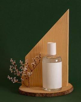 Huidverzorgingsproduct op houten decoratief stuk
