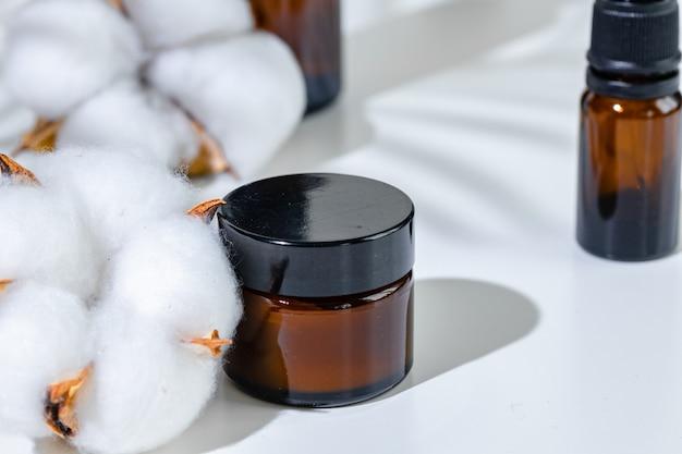 Huidverzorgingsproducten containers op een witte achtergrond met creatieve schaduwen
