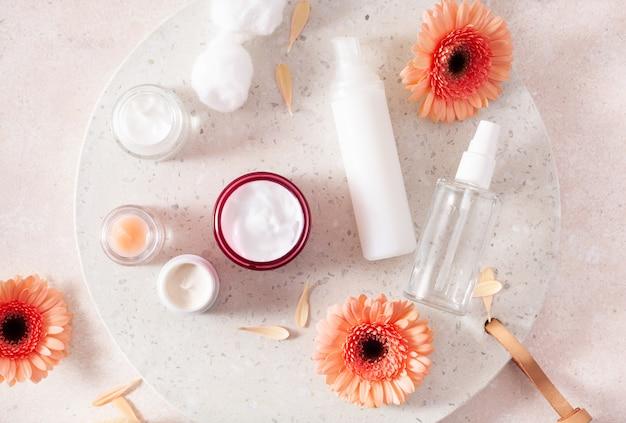 Huidverzorgingsproducten en madeliefjebloemen. natuurlijke cosmetica voor thuisbehandeling