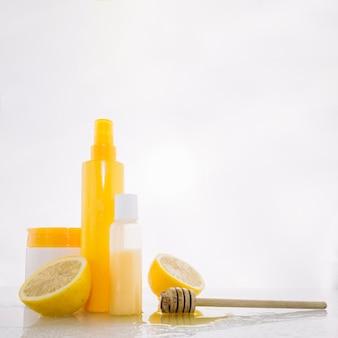 Huidverzorgingsproducten in de buurt van citroen en honing