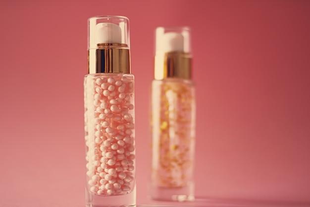 Huidverzorgingsproducten op roze achtergrond schoonheid en cosmetica vintage effect