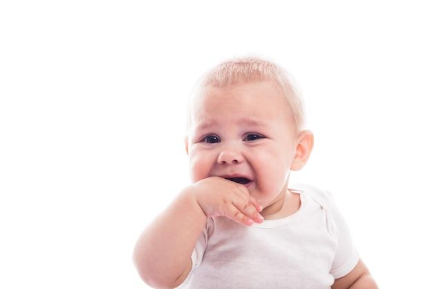 Huilend babygezicht dat op witte achtergrond wordt geïsoleerd