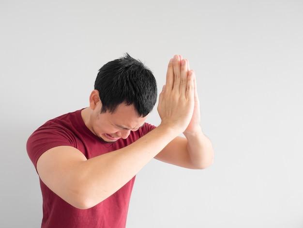 Huilende aziatische man vraagt om vergiffenis of smeekt de god om geluk.