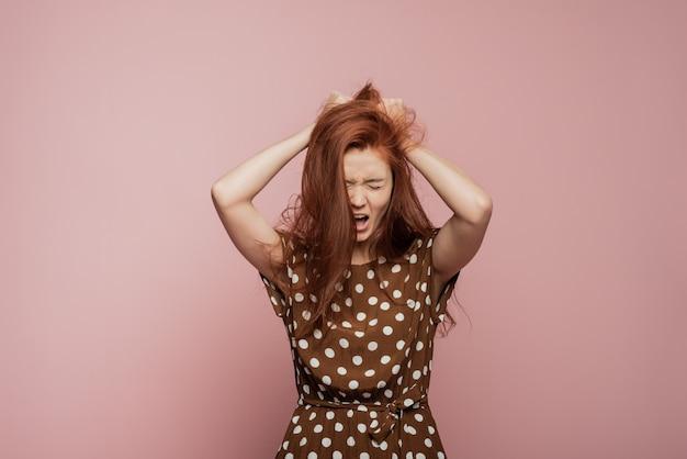 Huilende emotionele boze vrouw die op muur gilt. emotioneel, jong gezicht. vrouwelijk halflang portret