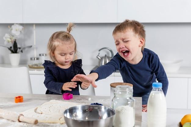 Huilende en vieze kinderen in de keuken