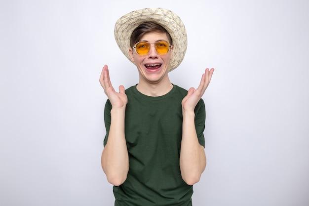 Huilende hand in hand rond gezicht jonge knappe kerel met hoed met bril