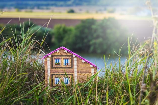 Huis aan de rivier. wonen in een milieuvriendelijke omgeving_