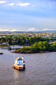 Huis aan het water en oslo, hoofdstad van noorwegen