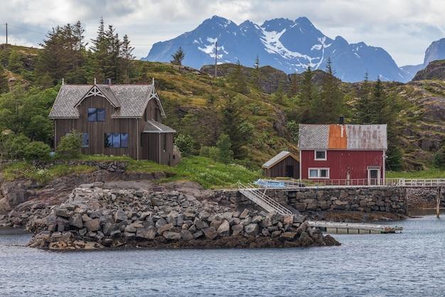Huis bij de vuurtoren in henningsvaer, lofoten, noorwegen
