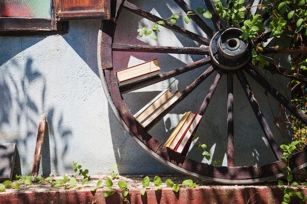 Huis buitenkant met tuin en houten wiel