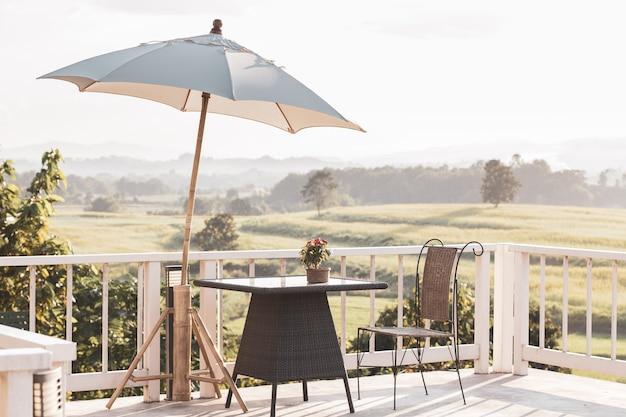 Huis dakterras met salontafel en uitzicht op de boerderij