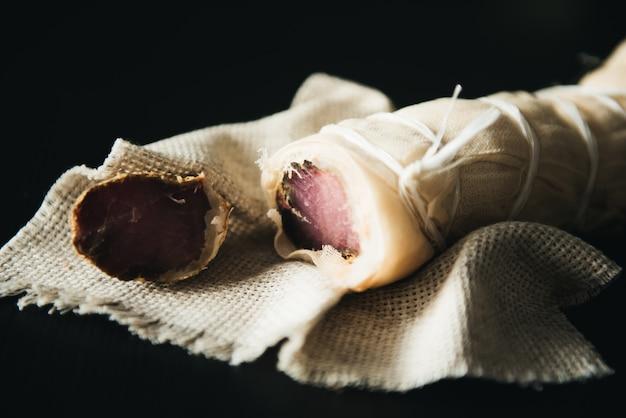 Huis droge varkenshaas met kruiden en specerijen
