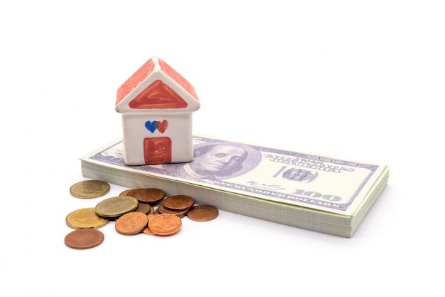 Huis en dollar op wit wordt geïsoleerd dat