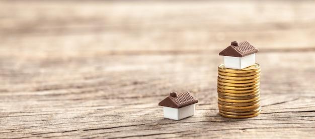 Huis en een stapel munten. de marktprijs van het huis. groei vastgoedmarkt.