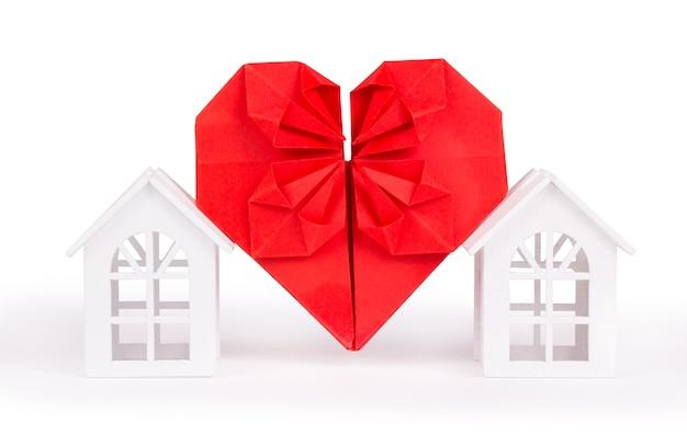 Huis en liefdesymbool op wit