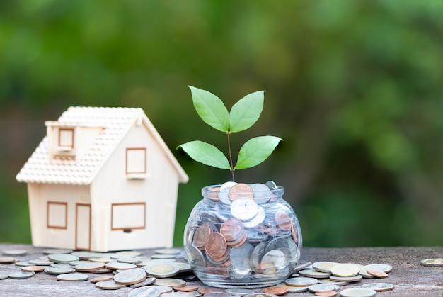 Huis en munten concept sparen geld voor huis,