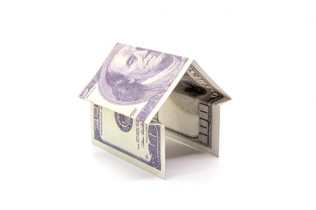 Huis gemaakt van contant geld dollar geld geïsoleerd op wit