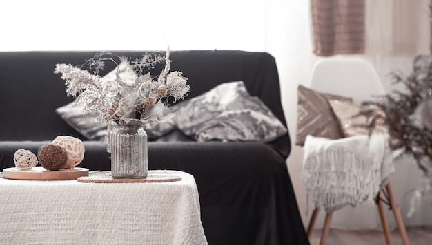 Huis gezellig stilleven met een zwarte bank en decor in de woonkamer.