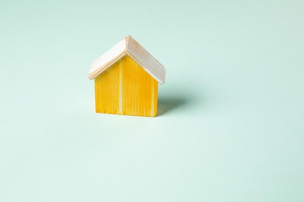 Huis houten model concept op tafel