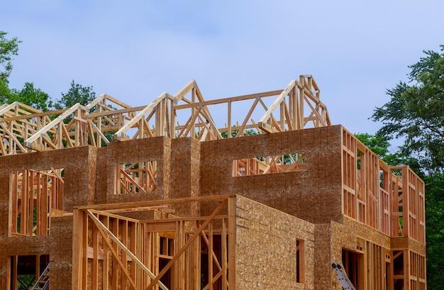 Huis houtskelet voor een voortgaande woning een nieuw ontwikkelingshout