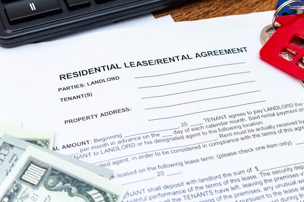 Huis, huis, eigendom, onroerend goed lease huurcontract overeenkomst pen geld munten sleutels houten achtergrond, uitgaven, kopen, investeringen, financiën, besparingen, concept close-up