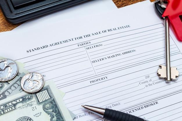 Huis, huis, onroerend goed, onroerend goed aankoop koop verkoop contract overeenkomst met geld en sleutels