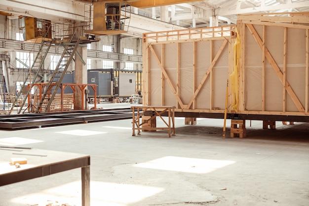 Huis in aanbouw met ladders en bouwmaterialen
