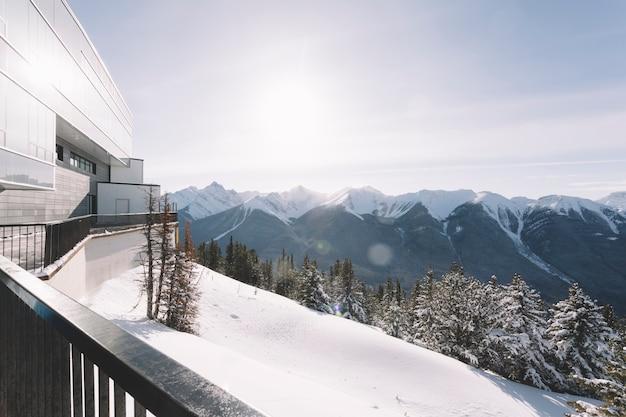 Huis in besneeuwde bergen