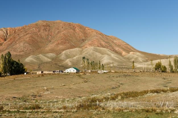 Huis in de bergen van kirgizië aan de zuidelijke oever van het issyk-kul-meer.