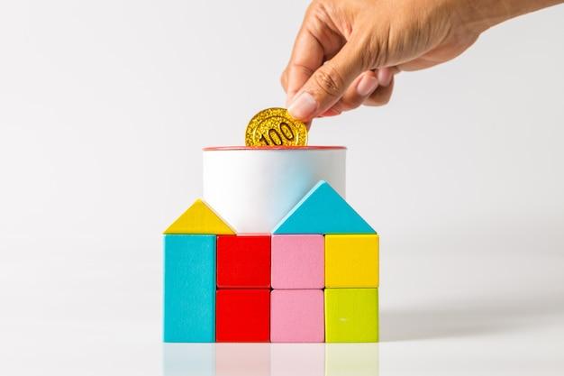 Huis in de vorm van een houten blok. concept voor financiële woningkrediet of geldbesparing voor het kopen van een huis