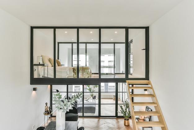Huis in een ongewoon ontwerp met glazen ramen